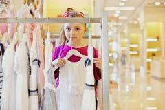 Lilla flickan rymmer hander med den vita kappan Arkivfoton