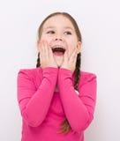 Lilla flickan rymmer hennes framsida Royaltyfri Bild