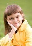 Lilla flickan rymmer hennes framsida Arkivbilder