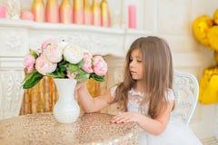 Lilla flickan ser en bukett Royaltyfria Bilder