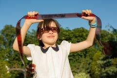 Lilla flickan ser med intresse- och överraskningfilmnegationen, fotografisk film arkivbilder