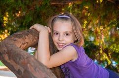 Lilla flickan ser med stora ögon Arkivfoto
