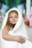 Lilla flickan sitter dämpat i filt Fotografering för Bildbyråer