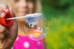 Lilla flickan skapar bubblor Arkivbild