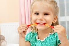 Lilla flickan som äter gelé, avmaskar royaltyfri bild