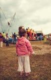 Lilla flickan som går i en parkera, söker efter hennes mum Arkivbild