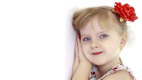 Lilla flickan som lutas mot väggen Royaltyfri Fotografi