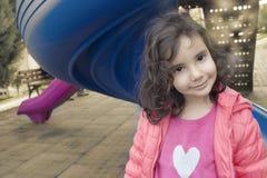 Lilla flickan som räcker den gula blomman royaltyfria bilder