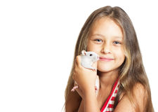 Lilla flickan som rymmer ett husdjur, tjaller fotografering för bildbyråer