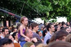 Lilla flickan som siiting på fäder, knuffar på den Francofolies festivalen i Blagoevgrad, Bulgarien 18 06 2016 Royaltyfri Bild