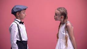 Lilla flickan som skriker känslomässigt på hennes unga pojkvän, ungepar, grälar arkivbilder
