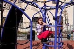 Lilla flickan som spelar i affärsföretag, parkerar Arkivbilder