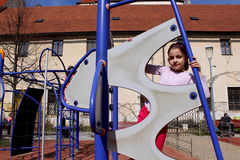 Lilla flickan som spelar i affärsföretag, parkerar Royaltyfri Foto