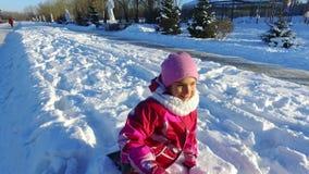 Lilla flickan som spelar i vinter, parkerar Solig vinterdag lager videofilmer