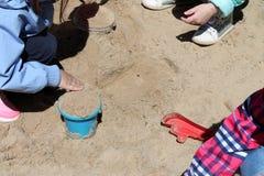 Lilla flickan spelar i sandlådan arkivbilder