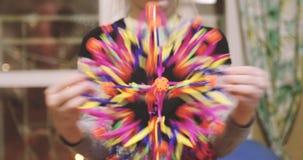 Lilla flickan spelar med en magisk boll lager videofilmer