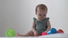 Lilla flickan spelar med leksaker stock video
