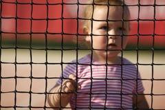 Lilla flickan spelar tennis Royaltyfria Bilder