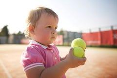 Lilla flickan spelar tennis Arkivbilder