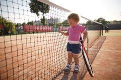 Lilla flickan spelar tennis Arkivfoton