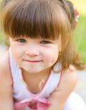 Lilla flickan spelar utomhus Fotografering för Bildbyråer