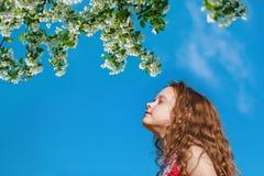 Lilla flickan stängde henne ögon och andas den nya luften i PA Royaltyfria Foton