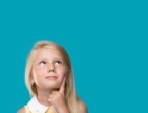 Lilla flickan tänker Arkivfoton