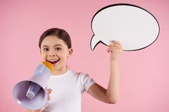 Lilla flickan talar in i hållande anförande för megafon arkivbild