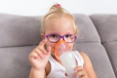 Lilla flickan tar inandningterapi Arkivfoton
