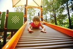 Lilla flickan tycker om lekplatsen royaltyfri foto