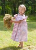 Lilla flickan tycker om sommaren i trädgården Arkivfoton