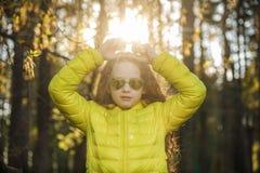 Lilla flickan vek henne formad handhjärta fotografering för bildbyråer