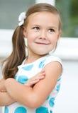 Lilla flickan visar grimasen Arkivfoton