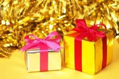 Lilla gåvor på gul bakgrund. royaltyfri fotografi