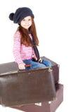 lilla gammala resväskor för gullig flicka Royaltyfri Foto