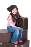 lilla gammala resväskor för rolig flicka Royaltyfri Foto