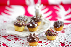 Lilla muffiner med choklad och stänk Arkivfoto