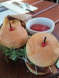 Lilla hamburgare, potatisar och Kechup Arkivbilder