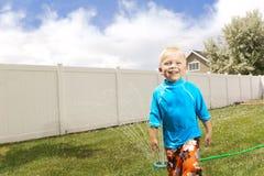 lilla leka sprinklers för pojke Arkivfoton