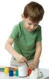 lilla målarfärger för pojke arkivbilder