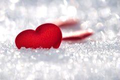 Lilla röda hjärtor på snow royaltyfria foton