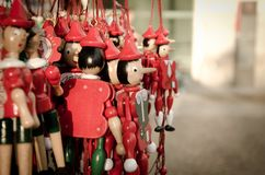Lilla röda Pinocchios i Milan royaltyfri foto