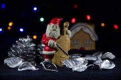Lilla Santa Claus som spelar violoncellen Julmusik Arkivfoton