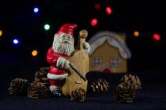 Lilla Santa Claus som spelar violoncellen Julmusik Royaltyfri Fotografi