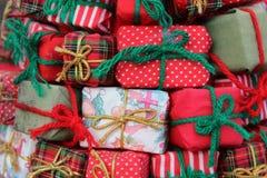 Lilla slågna in julgåvor Arkivfoto