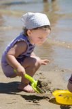 lilla toys för strandflicka Fotografering för Bildbyråer