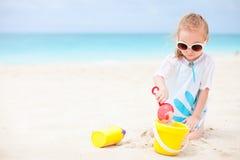 lilla toys för strandflicka Royaltyfri Fotografi