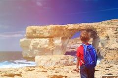 Lilla turist- seende Azure Window på Gozo royaltyfria foton