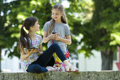 Lilla vänner med PCtableten och mobil phone arkivfoto
