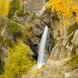 Lillaz-Wasserfall im Herbst Stockfotos